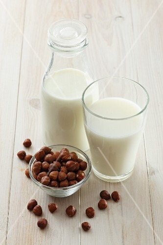 Hazelnut milk and hazelnuts