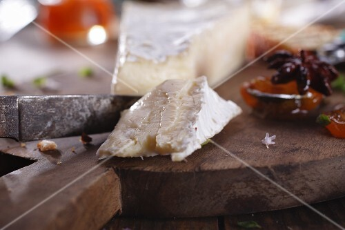 Sliced brie with chutney