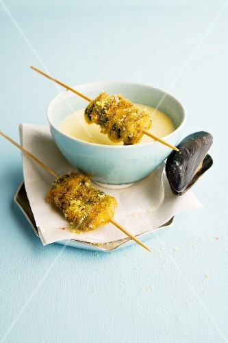 Crispy mussel skewers with mussel and cinnamon soup