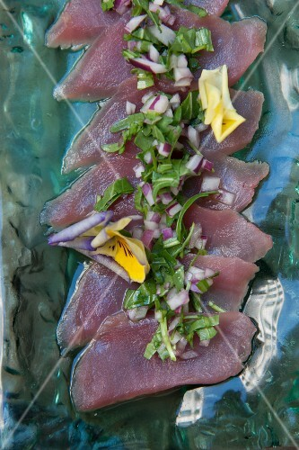 Tuna fish salad with red onions, rocket and pansies