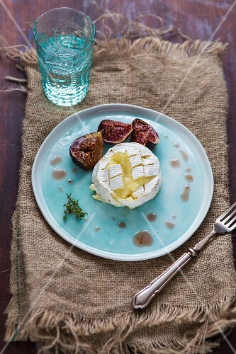 Oven-baked Camembert with warm figs