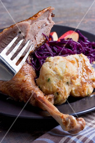 Duck leg with red cabbage and bread dumplings