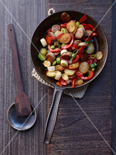 Fried potatoes with sausage, pepper and leek (seen from above)
