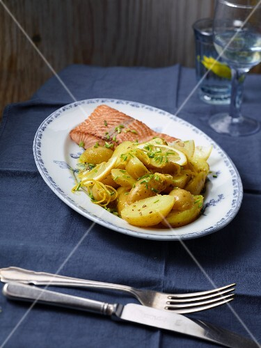 Salmon fillet with lemon potatoes