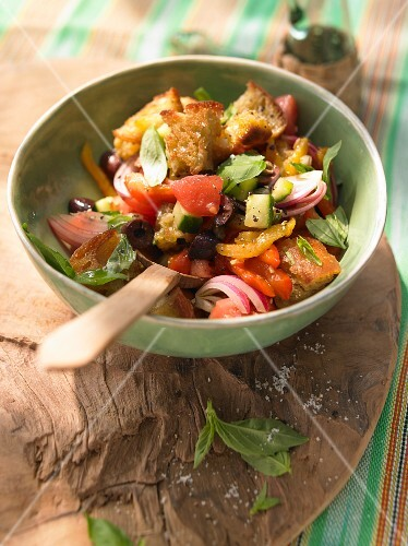 Bread salad with tomatoes and olives