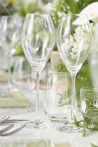 Leere Sektgläser auf einer Hochzeitstafel