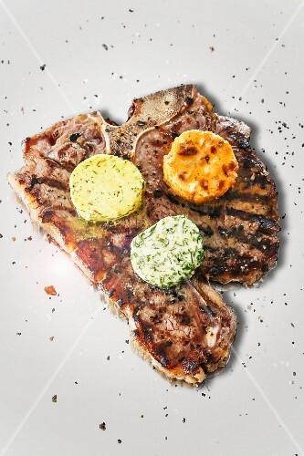T-Bone-Steak mit drei Sorten Kräuterbutter