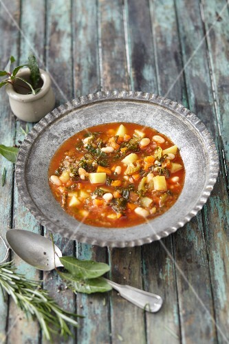Vegan minestrone with amaranth, white beans and kale