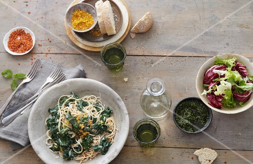 Superfoods: pasta with vegetables, bread and a side salad