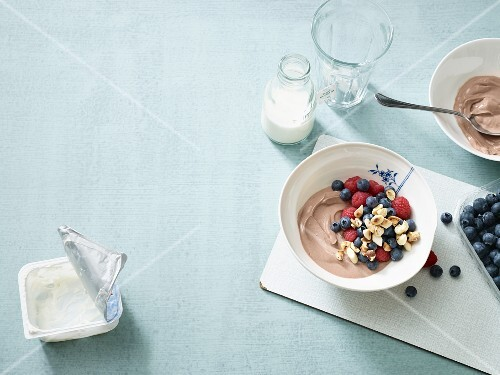 Chocolate and tonka bean quark with berries (low carb)