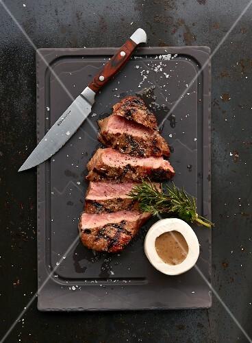Ribeye Steak vom Grill mit Sauce