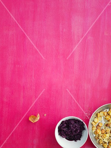 Crispy fried potatoes with red cabbage (seen from above)