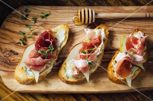 Crostini with San Daniele ham, pears and honey