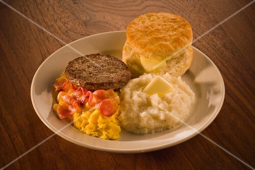 Scrambled eggs with bacon, sausage, grits and biscuit (USA)