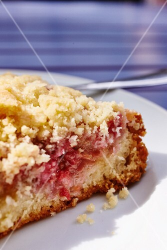 Raspberry and rhubarb crumble cake