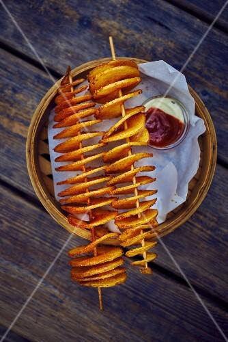 Potato spirals with ketchup and mayonnaise