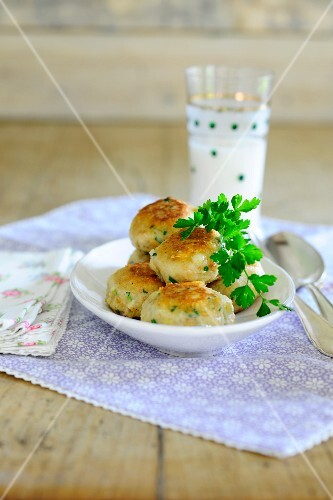 Kaspressknödel (cheesy bread dumplings with herbs) with parsley