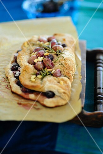 Focaccia all'uva (spicy unleavened bread with grapes, Italy)