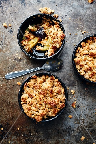 Date crumble with caramelised quinces (Turkey)