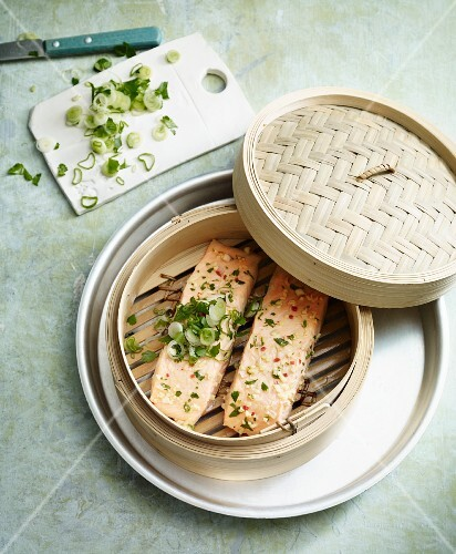 Salmon with chilli and coriander in a steamer basket (Asia)