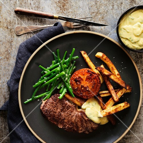 Beefsteak with green beans, fries and Bearnaise sauce