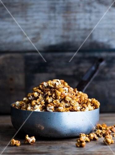 Caramel popcorn in a metal pan