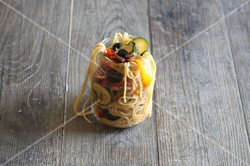 Spaghetti primavera with vegetables in a jar to take away