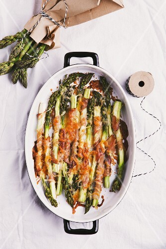 Gratinated green asparagus with ham (seen from above)