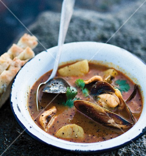 Mussel soup with curry and potatoes