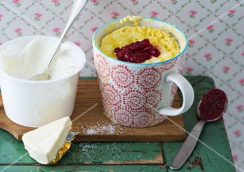A cheese mug cake with raspberry jam