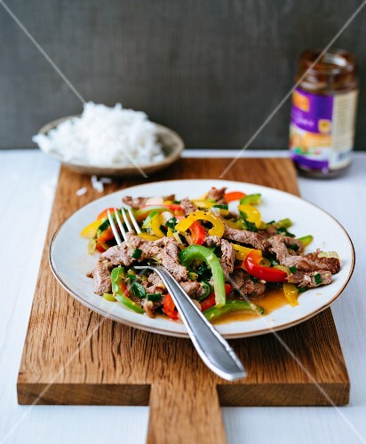 Flash-fried beef loin with colourful peppers