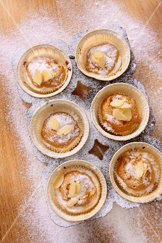 Mini cakes with flaked almonds