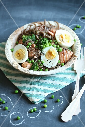 Soba noodles with salmon, broccoli, peas and halved eggs
