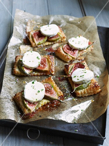 Fig tart with goat's cheese, sliced