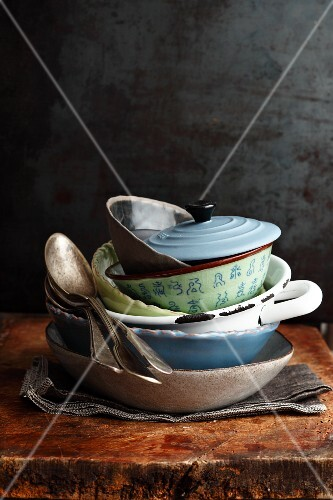 International containers and plates for stews
