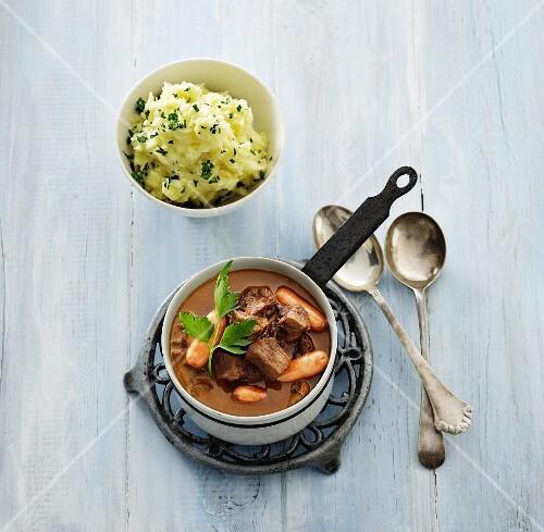 Rindergulasch mit Möhren und Stampfkartoffeln