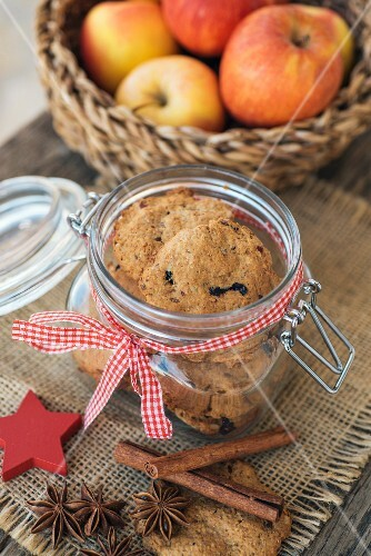 Wholegrain Christmas biscuits with apples and dried plums