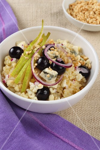 Autumnal bulgur salad with blue cheese, olives and pears