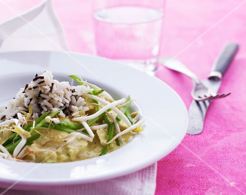 Chicken curry with mange tout, bean sprouts and wild rice