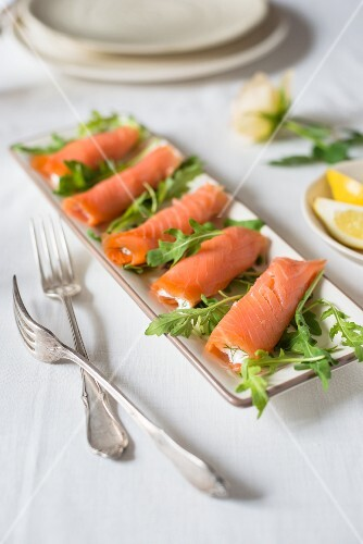 Smoked salmon rolls with dill yoghurt and rocket