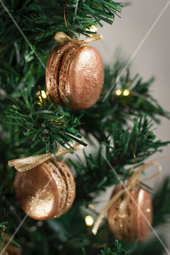 Gingerbread macaroons as Christmas tree decorations