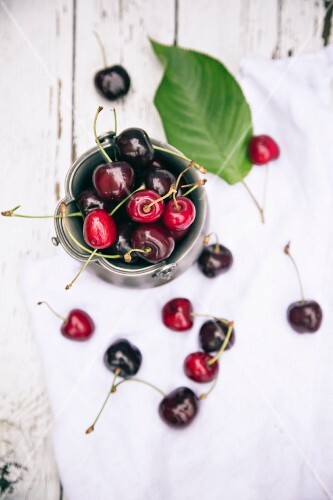 A bowl of fresh cherries (seen from above)