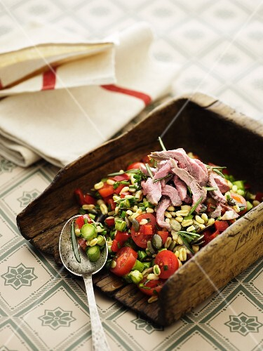 Vegetable salad with tender wheat and roast beef