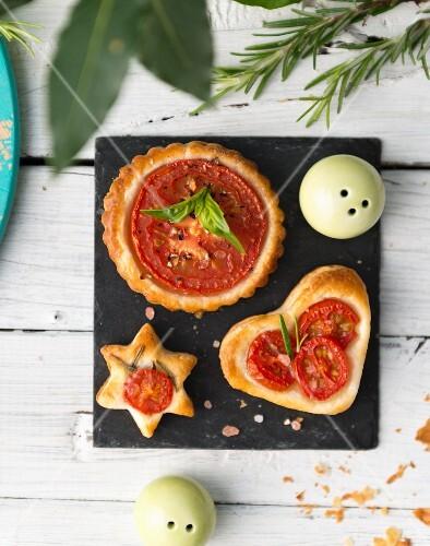 Pikante Tomaten-Törtchen zu Weihnachten