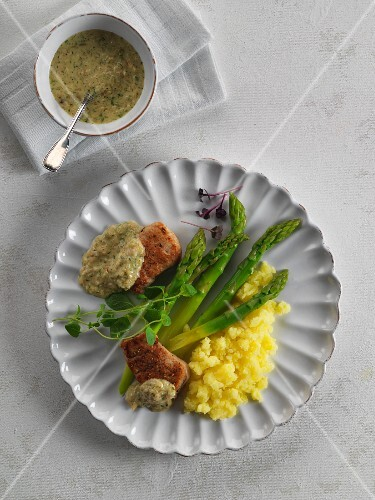 Green asparagus with pork fillet, onion and mustard sauce and mashed potatoes