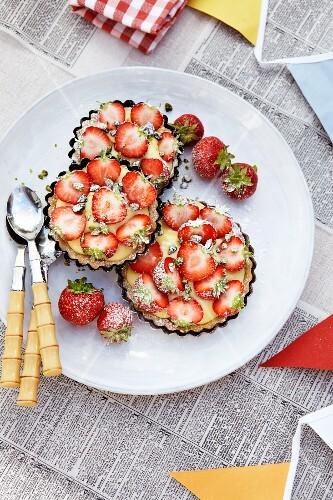 Vanilla cream tartlets with strawberries
