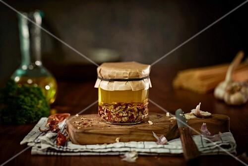 Selbstgemachtes Peperoni-Knoblauchöl in Einmachglas