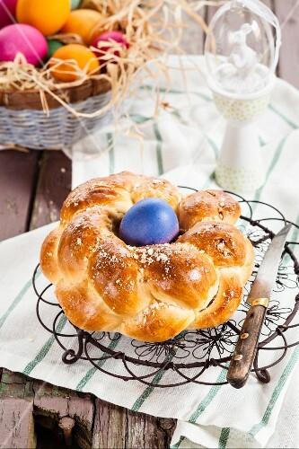 Traditioneller Osterzopf mit Osterei