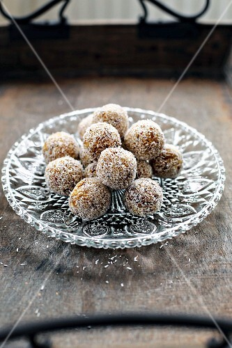 Energy bites (vegan snacks made from dried fruit, nuts and coconut)