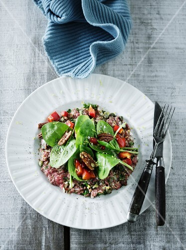 Tatar with spinach and tomatoes